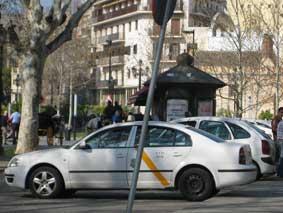 """Sevilla cobrará una tasa a los taxis por """"reserva de espacio en las paradas"""""""