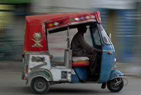 Un taxista pakistaní bebe ácido desesperado por el precio de la gasolina