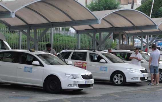 Taxistas uniformados en Benalmádena