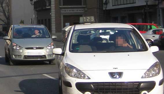 Multado por agredir a una compañera taxista