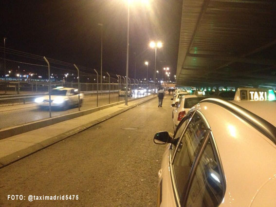 Taxistas cortan el servicio en la T4 como protesta por la tarifa fija