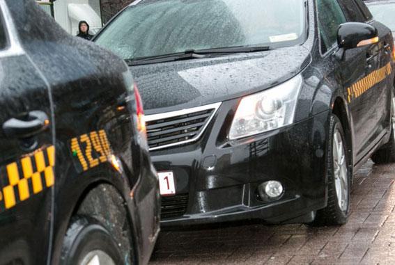 Investigan 23 violaciones cometidas por falsos taxistas en Bruselas