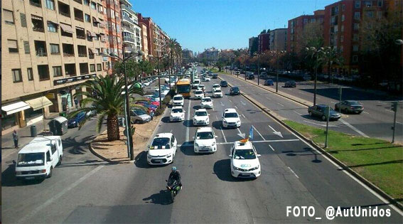 Cientos de taxistas recorren Valencia en contra de las ilegalidades