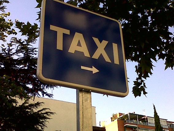 Las VTCs estacionadas en paradas de taxi incumplen la ley