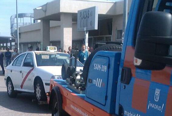 La Policía inmoviliza un taxi en la T4 por carecer de documentación