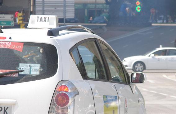 Zaragoza reconoce al taxi su labor medioambiental
