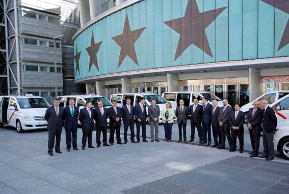 El presidente de la CAM presenta la nueva flota de taxis de 7 plazas