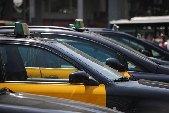 El taxi del AMB pide a la Generalitat reducir la oferta al 50%