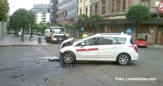 Colisión entre un coche y un taxi deja dos heridos en León