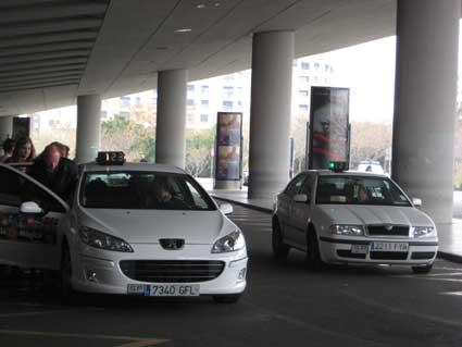 Junta y Ayuntamiento negociarán con los taxistas sevillanos