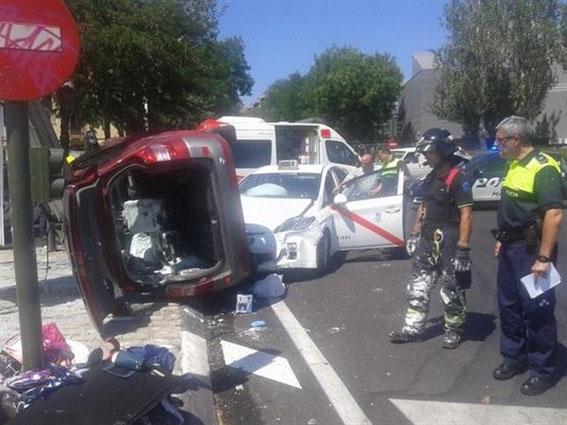 Cuatro heridas al chocar un turismo contra un taxi
