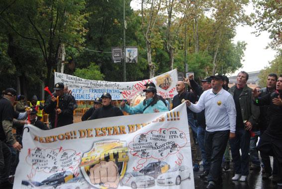Élite llama a la unión del taxi nacional