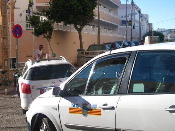 Los taxistas reclaman el acceso al puerto de Ibiza