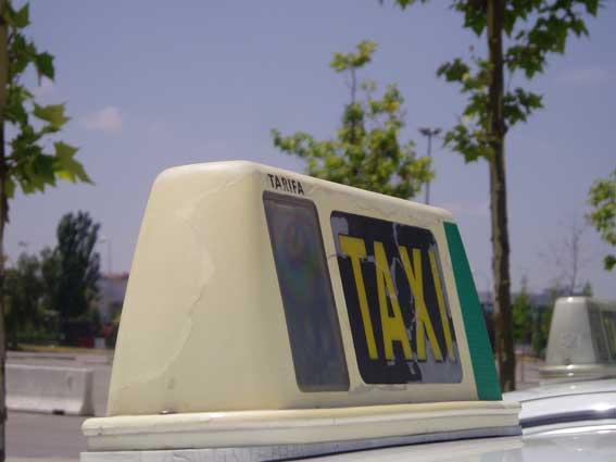 Sorprendido un taxista consumiendo alcohol mientras conducía