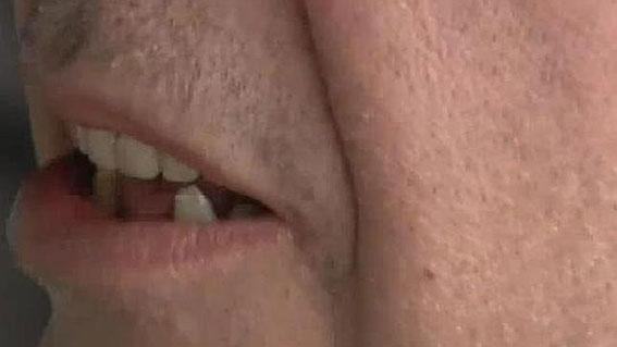 Un pirata arranca tres dientes a un taxista en Barajas