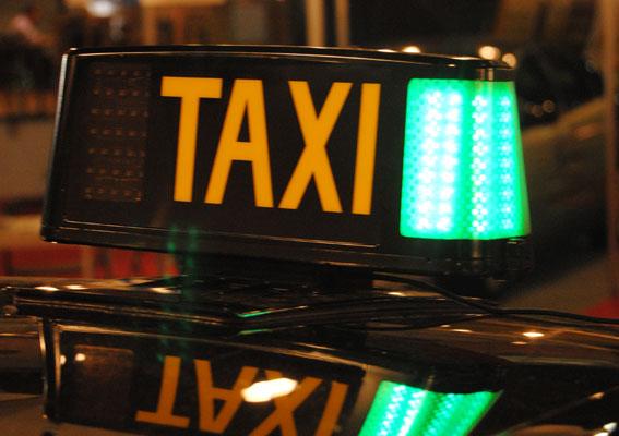 Detenido un taxista que circulaba con el carnet de su hermano