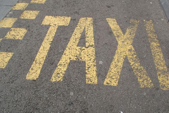 Tres hombres roban a punta de navaja a una taxista en Gijón