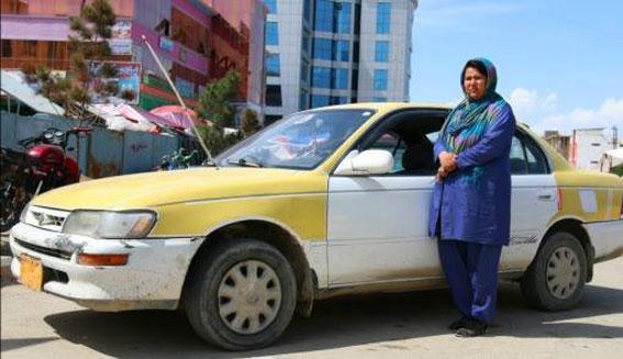 Sara Bahai, primera taxista en Afganistán