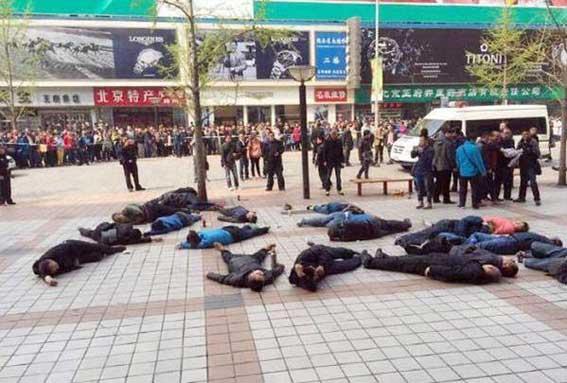 Taxistas chinos, hospitalizados por beber pesticida a modo de protesta