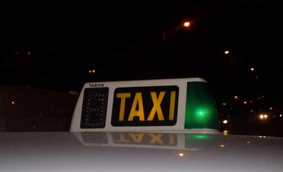 Una policía arresta a un ladrón tras perseguirle en un taxi