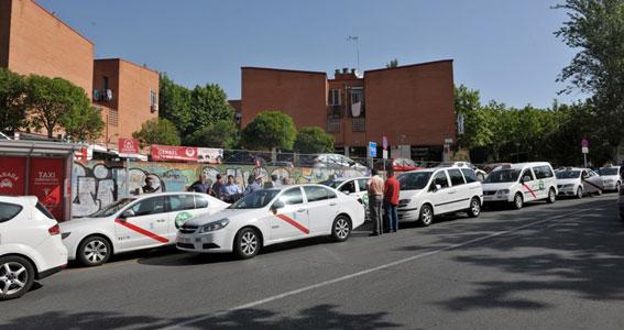 """Caravana de taxis contra el """"boicot"""" al servicio compartido"""