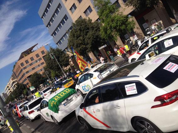 1.500 taxistas se manifiestan en Córdoba contra la liberalización