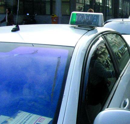 Los taxistas de Vitoria reclaman llevar publicidad