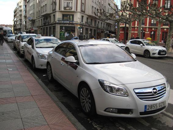 Taxistas de León acercan la Navidad a los mayores