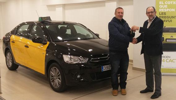 El ganador del C-Elysée de la Feria recibe las llaves de su nuevo taxi