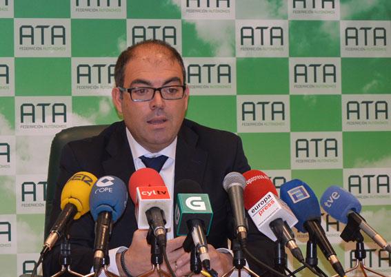 El presidente de ATA considera excesivo el número de taxis y VTCs