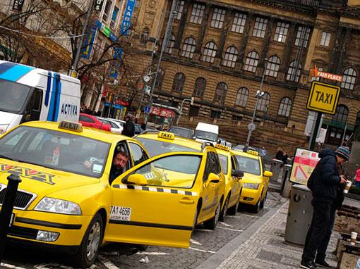 Taxistas de Praga protestan en el aeropuerto contra Uber