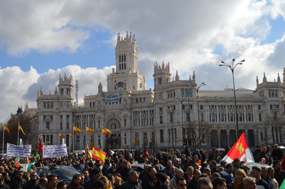 16M: dos horas de paro y protesta frente a Cibeles