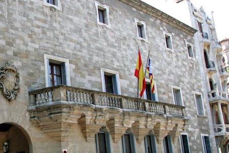 Condenado a tres años de cárcel un `pirata´ por vender drogas a turistas