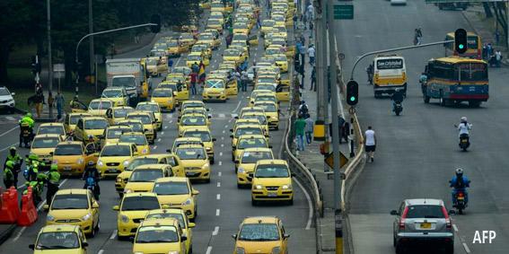 Cientos de taxistas bloquean Bogotá en protesta contra Uber