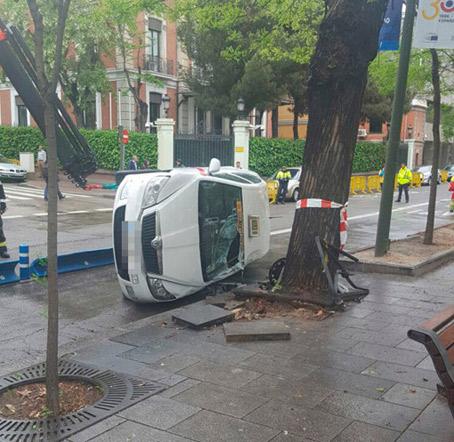 Tres heridos tras el choque de dos taxis en Madrid