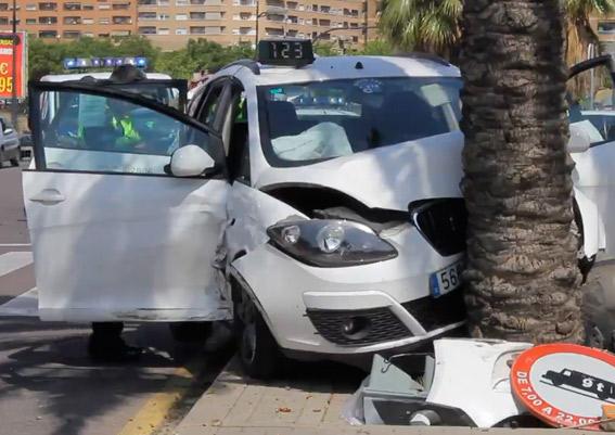 Un taxi impacta contra una palmera tras chocar con un vehículo