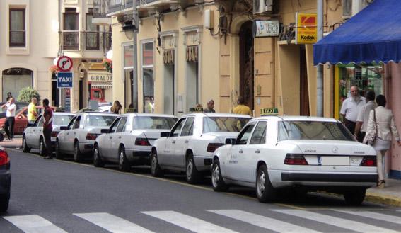 Concentraci�n de taxistas en los juzgados de Melilla