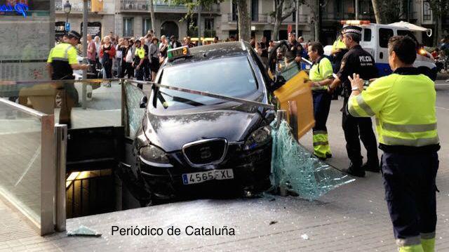 Un taxi impacta contra una estación de metro