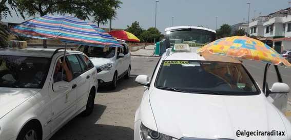 Protesta con sombrillas para reclamar sombra en las paradas
