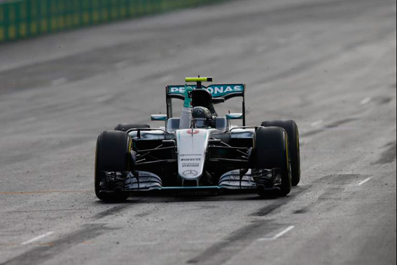 Nico Rosberg se pasea por las calles Bak�