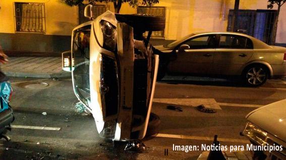 Un conductor ebrio choca contra un taxi haciéndole volcar