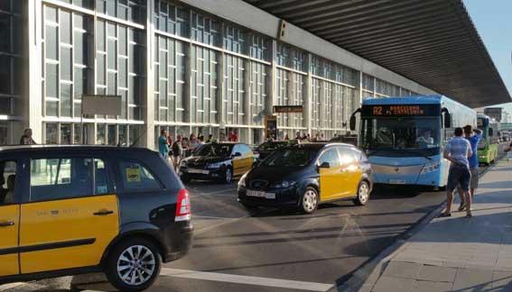 Taxistas de Barcelona bloquean el aeropuerto