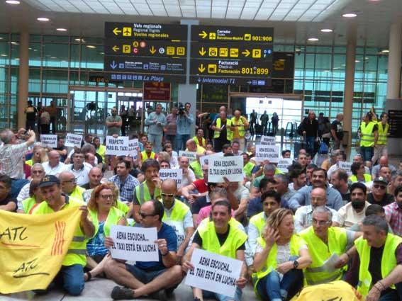 El taxi de Barcelona aumenta la presi�n contra Aena