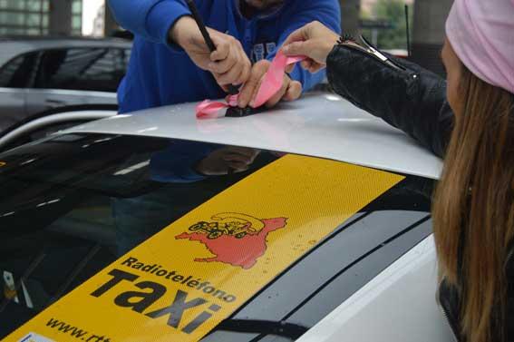 Lazos rosas contra el cáncer de mama en taxis de RTT