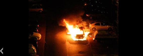 Un taxi arde en medio de la calle en Valladolid
