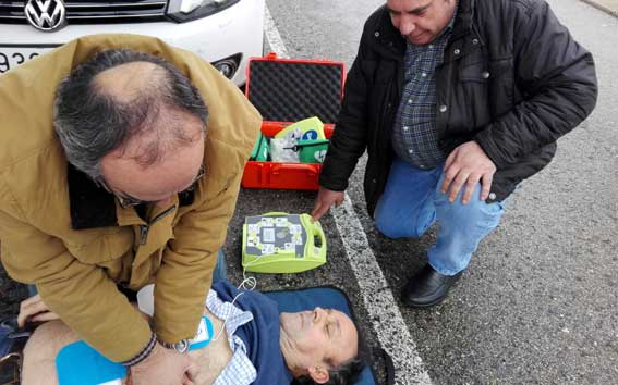 Instalados tres desfibriladores en las zonas de espera de Barajas