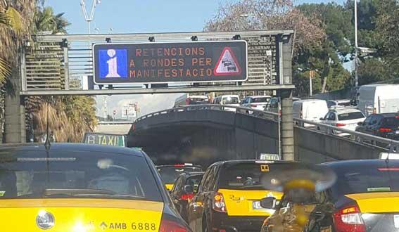 Miles de taxistas bloquean los accesos a Barcelona