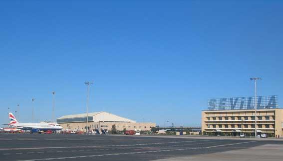 Usuarios critican la falta de taxis en el aeropuerto de Sevilla