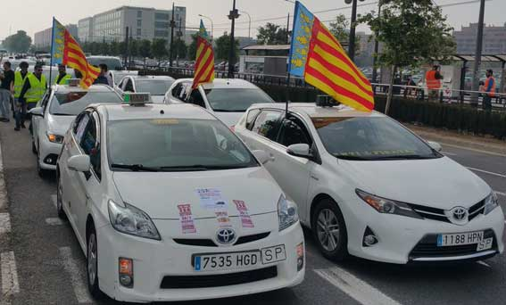 Unos 3.000 taxis colapsan Valencia