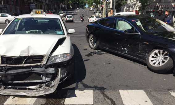 Accidente entre un taxi y una VTC en Madrid